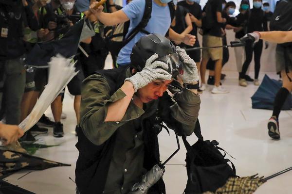 ATAQUE. Los oficiales fueron agredidos la noche de ayer por manifestantes enmascarados. Foto: AP.