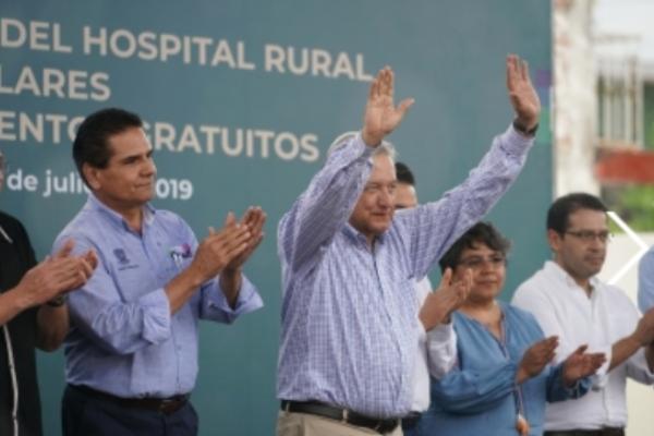 Prometió que se regularizará la situación de los maestros de Michoacán. Foto Notimex