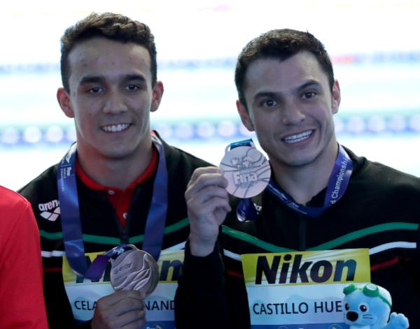 ÉXITO. Los atletas presumen su bronce en Gwangju. Foto: AP