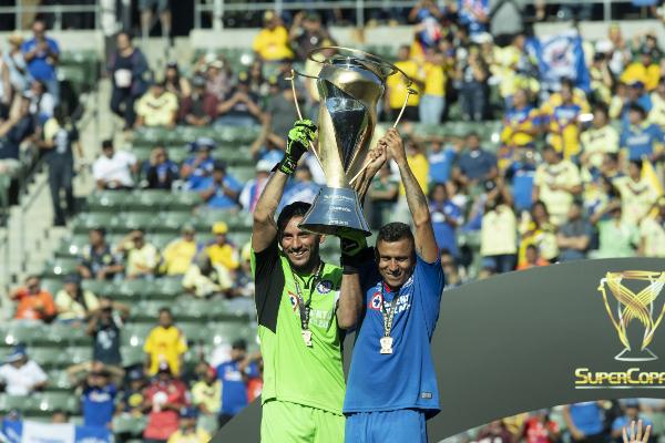 CAPITANES. Jesús Corona y Julio César Domínguez levantaron la Supercopa MX.Foto: Mexsport.