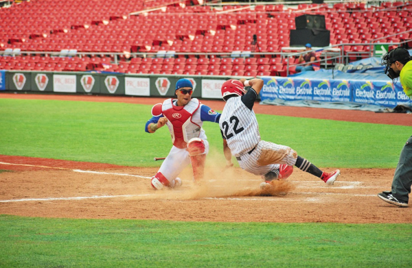 PUNTUAL. El catcher evitó una carrera sacando el out a centímetros de home. Foto: Especial.