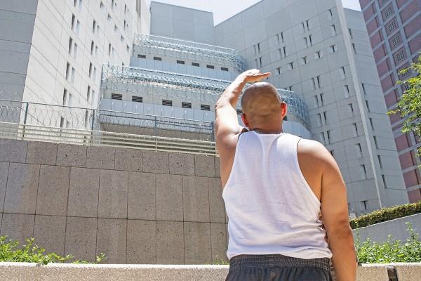 Un hispano brinda su apoyo a los capturados en el Centro de Detención Metropolitano. Foto: AP