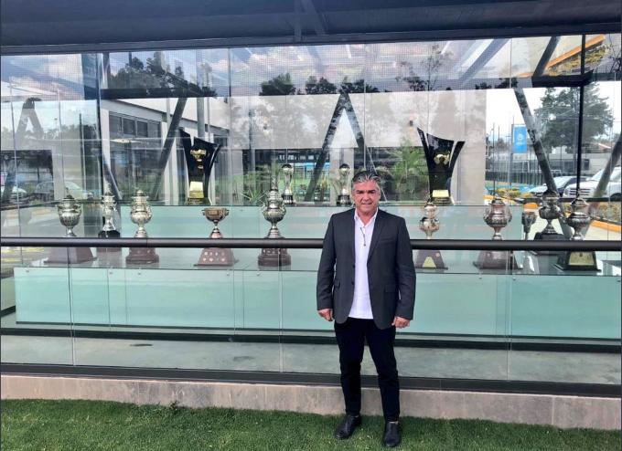 Héctor Miguel Zelada posa frente a trofeos. FOTO: Especial