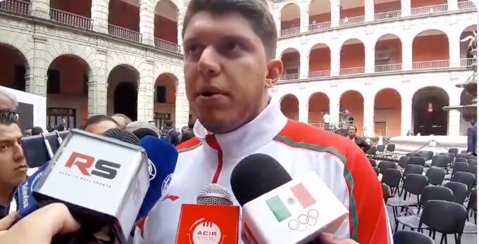 El abanderado mexicano habla para los medios. FOTO: Especial