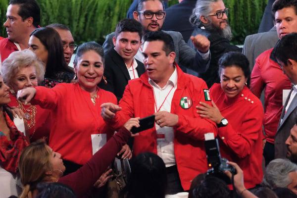 Alejandro Moreno Cárdenas en tribuna con campaña del PRI