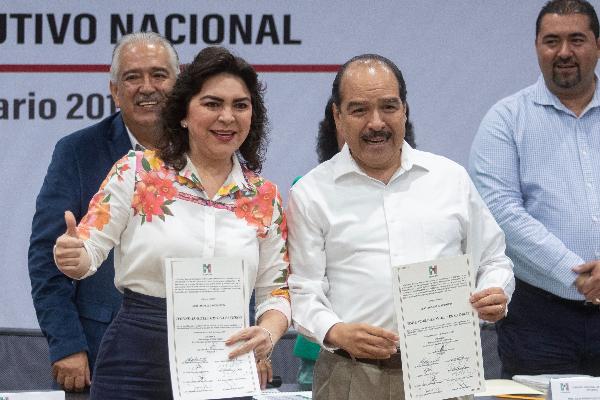 Ivonne Ortega entregando su formula para ser aspirante del PRI