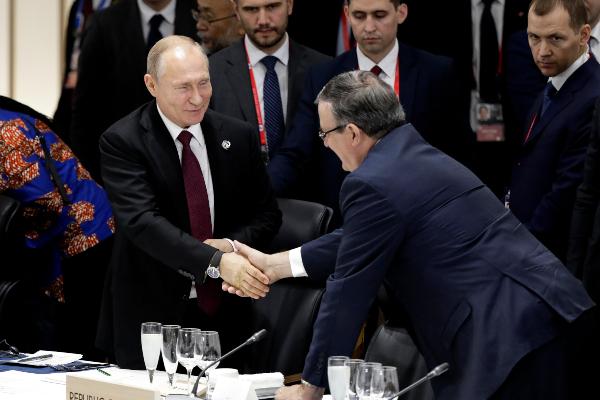G20. Ebrard, antes de su viaje a China, estuvo en Japón donde saludó al presidente Putin. Foto: AP.