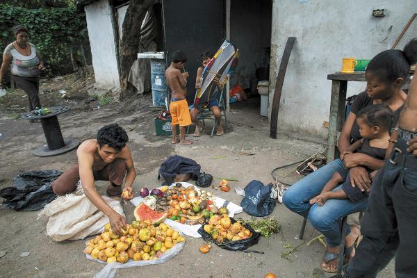 DESNUTRICIÓN. Venezolanos recolectan fruta de un basurero en Caracas. Foto AP.