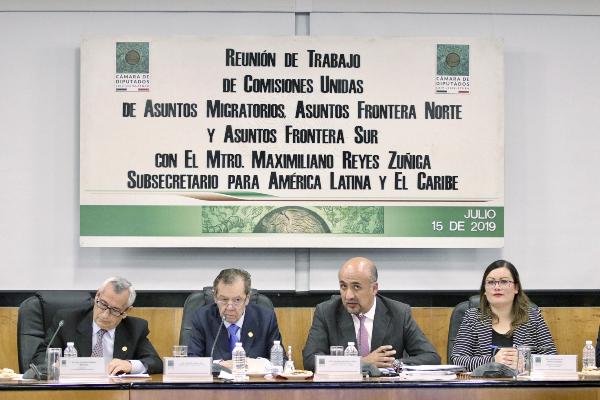 El subsecretario de la SRE, Maximiliano Reyes (centro), se reunió ayer con diputados. Foto: NOTIMEX.