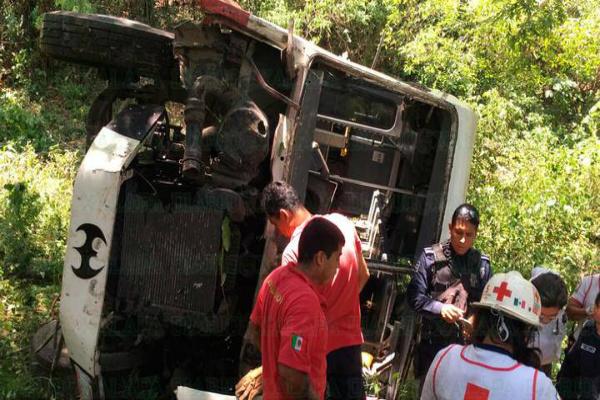 Autobús cayó a 20 metros de altura. Foto: especial
