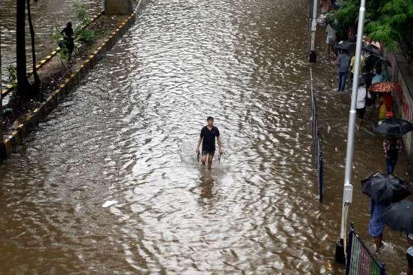 INDIA. El nivel del agua comenzó a bajar, pero los socorristas continúan evacuando personas. Foto: AP.