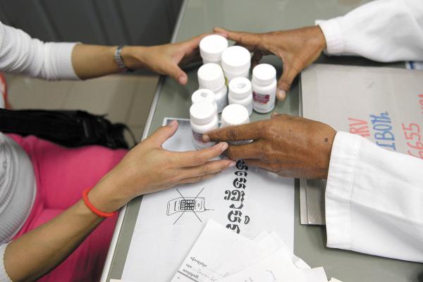 CAMBOYA. Reparten medicamentos contra el VIH. Foto: AFP.