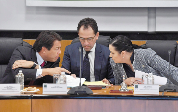 ESCENARIO. El secretario de Hacienda (al centro) reiteró que no habrá una recesión en México. Foto: Pablo Salazar.