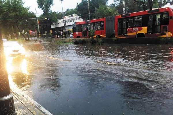 Vecinos de distintos puntos del sur de la CDMX mostraron en redes sociales las inundaciones que presenciaron en donde se puede observar que el agua llegaba, en algunos casos, a la mitad de los vehículos. Foto: Especial.