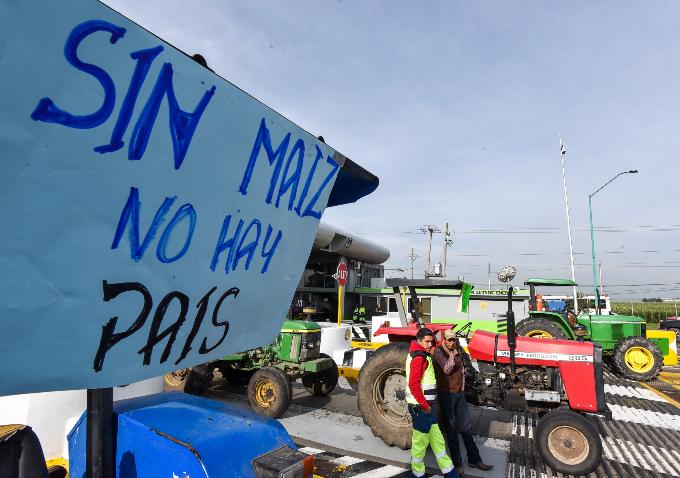 Campesinos exigen la entrega de recursos en las carreteras. FOTO: CUARTOSCURO