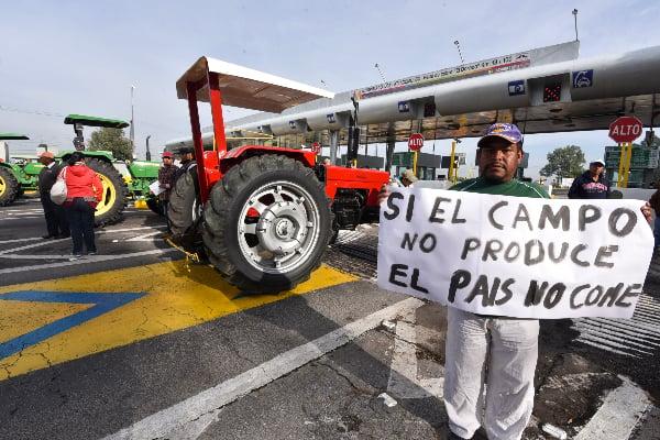 Manifestante en la carretera con tractores