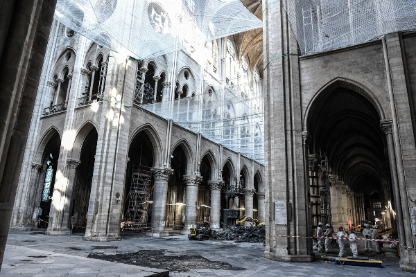 DESASTRE. El fuego destrozó parte de la cubierta de la catedral y su aguja. Foto: AFP.
