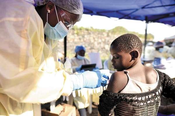 MEDIDA. La vacuna no pudo contener el contagio masivo.Foto: REUTERS.