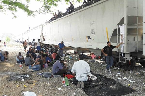 Centenas de indocumentados esperan a que el tren llegue para abordarlo; en tanto, van y vienen del albergue que los atiende, ubicado en Ixtepec. Foto: Especial.