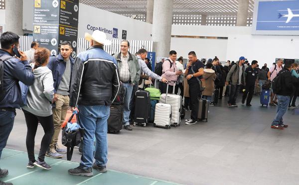 VUELOS A TOPE. En esta temporada, los pasajeros tienen el riesgo de perder sus vuelos por la sobreventa. Foto: CUARTOSCURO.