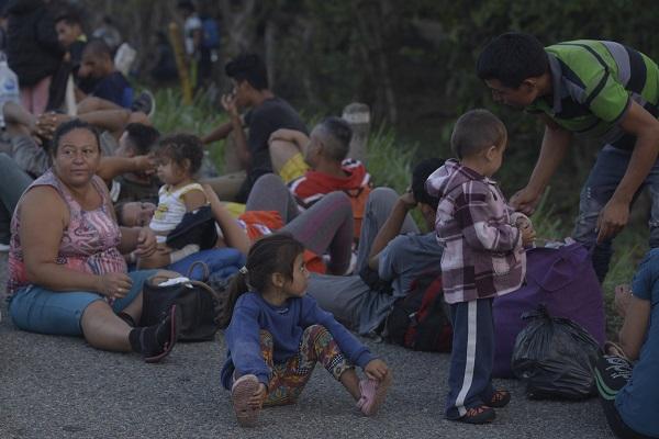 De acuerdo a un conteo tentativo de Protección Civil Chiapas, dos mil Cuatrocientos migrantes centroamericanos recorren la carretera 200 tramo Huhuetán- Huixtla. Foto: Cuartoscuro