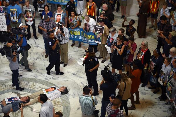 PROTESTAS. 70 católicos fueron arrestados en una protesta en el Senado en contra de la política migratoria de Trump. Foto:AFP.