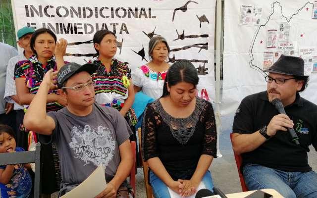 Este jueves, familiares de los tsotsiles huelguistas, así como representantes de las organizaciones solicitaron frente a Palacio de Gobierno, respuesta a las demandas. Foto: Especial