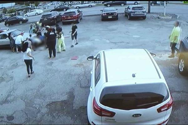 Mujer atropella a niños por ir manejando y  tomándose fotos. Foto: especial