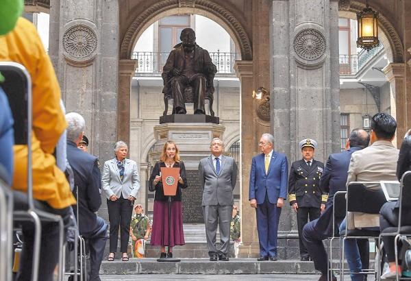 HOMENAJE. El Presidente y Beatriz Gutiérrez conmemoraron el fallecimiento de Benito Juárez.