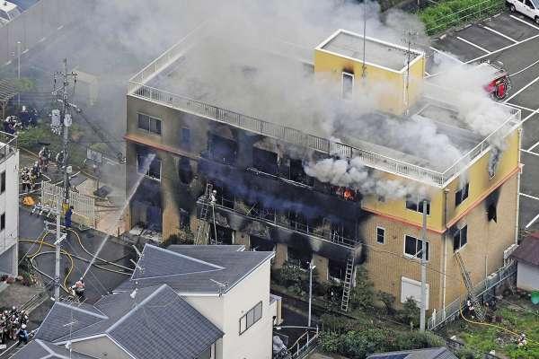 FUEGO. Unas cinco horas tardaron los bomberos en pagar el incendio. Foto: REUTERS.