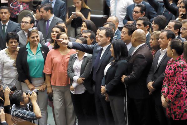 REUNIÓN. Arturo Herrera tomó protesta como secretario de Hacienda y Crédito Público. Foto: Víctor Gahbler.