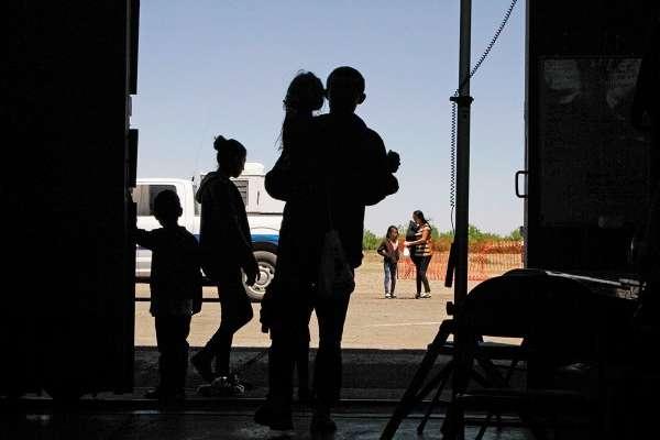 Especialistas en temas migratorios aseguran que no es fácil sustituir la mano de obra como la que prestan los migrantes indocumentados que viven y trabajan en Estados Unidos.  Foto: AP