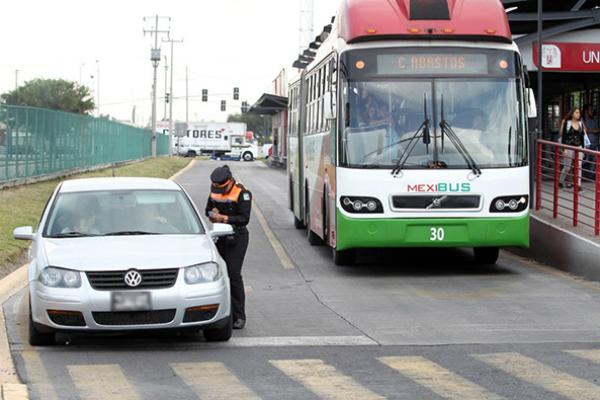 Habrá sanciones más severas a quienes invadan los carriles confinados. Foto: Especial.