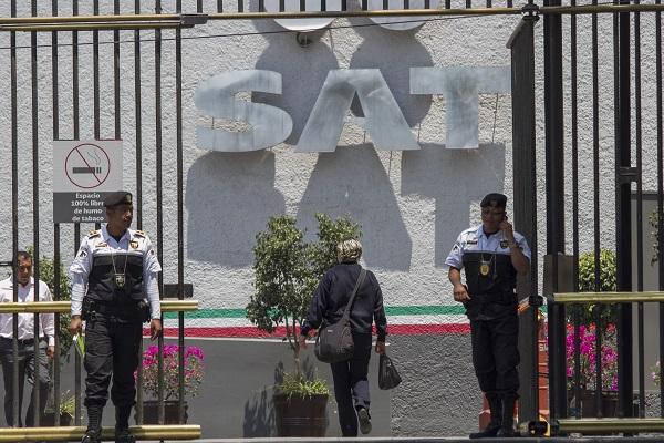 Hoy por la mañana, el presidente López Obrador reveló que un exmandatario mexicano tenía impuestos por pagar con el SAT. Foto: Cuartoscuro