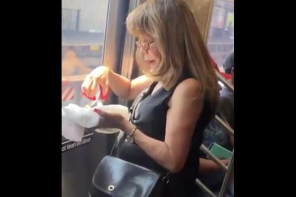 Usuarios en redes sociales señalaron que la peculiar forma de comer tacos de la mujer podría ser por su lugar de origen. Foto: Especial.
