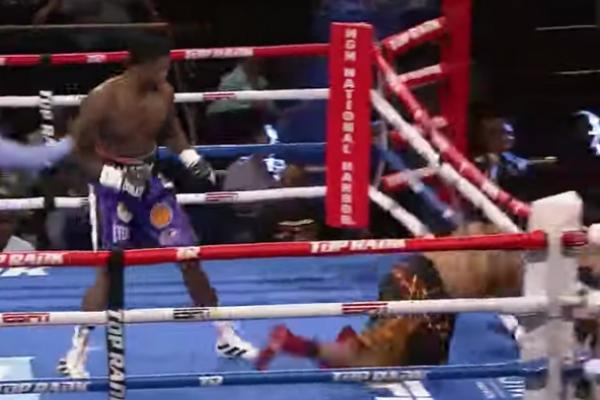 """Boxeador sale volando del ring tras recibir una """"golpiza"""": VIDEO"""
