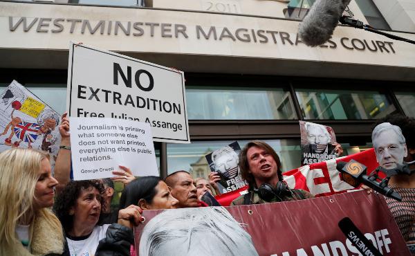 APOYO. Decenas de personas han protestado por la libertad de Julian Assange.Foto: AP