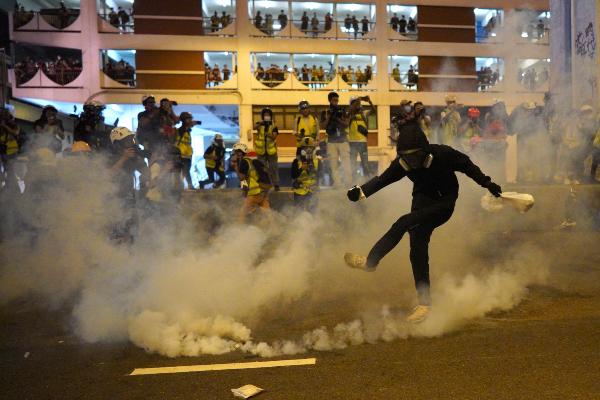 CHOQUE. La policía utilizó ayer gases lacrimógenos contra los manifestantes. Foto: AP