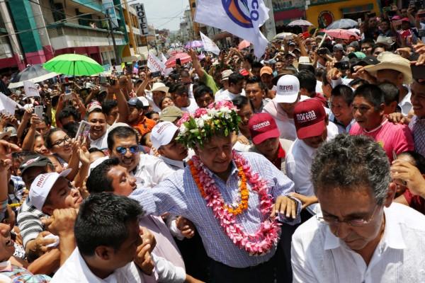 HUEJUTLA. López Obrador porta un arreglo floral, símbolo de bienvenida en la Huasteca. Foto: Cuartoscuro