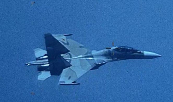 GUÍA. La aeronave EP-3 estadounidense fue escoltada a las afuera del perímetro venezolano. Foto: EFE.