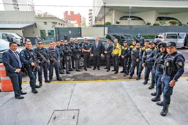 POSAN CON POMPEO. El secretario de Estado Mike Pompeo se tomó una foto con los policías que los acompañaron durante su trayecto en México. Foto: Especial