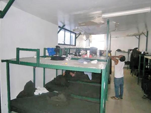 En Las Agujas también hacen falta colchones en las literas que están construidas con bases de cemento. Foto: Especial.