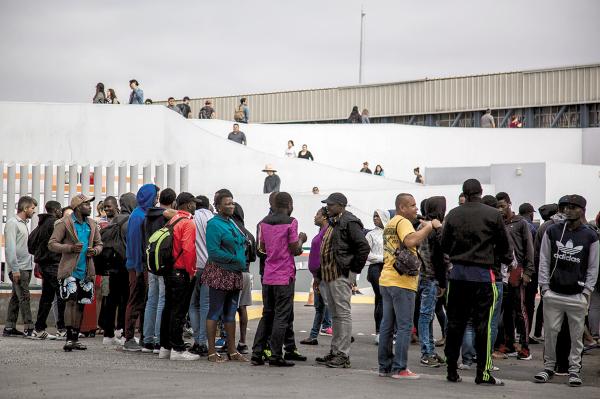 Entre los migrantes varados hay de África y Centroamérica.