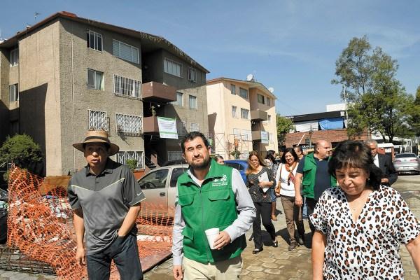 OBRAS. El comisionado para la Reconstrucción supervisó los trabajos en la unidad habitacional de Cafetales. Foto: Nayeli Cruz.
