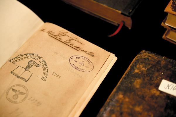 1567 fue el año de impresión del tomo más añejo.Foto: Leslie Pérez.