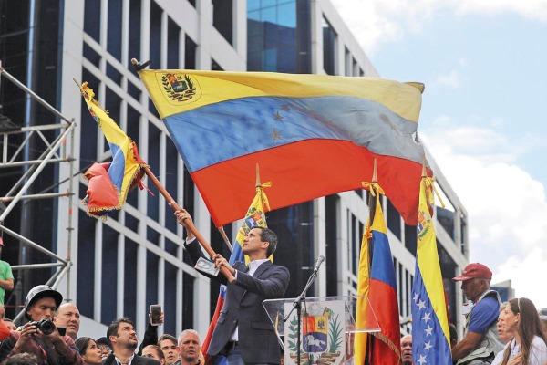 LLEGADA. Juan Guaidó ondeaba la bandera venezolana –23 de enero– en Caracas, tras anunciar su cargo como presidente encargado.Foto: EFE.