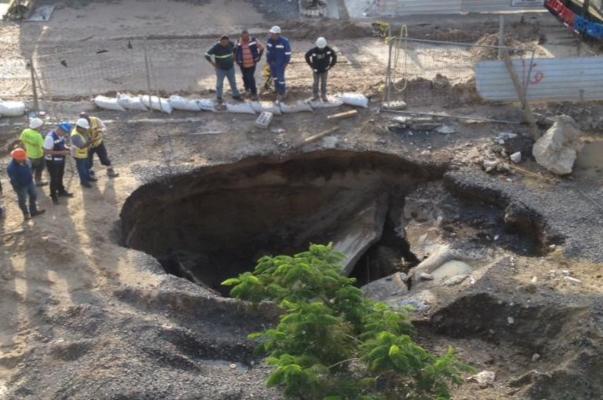 """En este mismo lugar, el pasado 20 de junio, se registró un ligero socavón, que las autoridades justificaron como un """"ligero aplanamiento de poco menos de 50 centímetros"""" Foto: Especial"""
