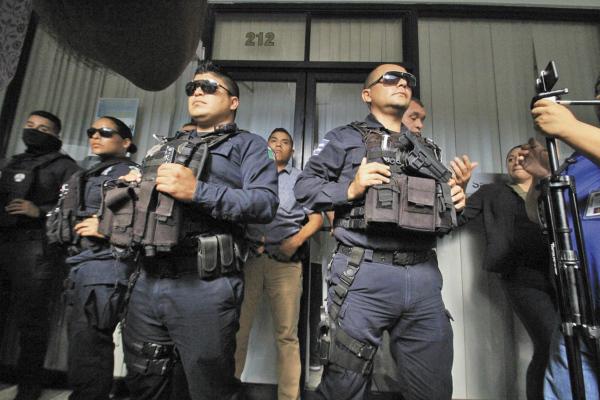 Policías municipales resguardaron la sede en la que sesionó el Congreso loca. Foto: Atahualpa Garibay.