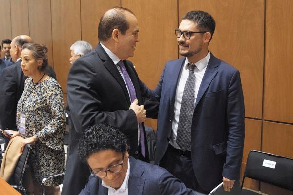 Plan. Román Meyer (der.) firmó el acuerdo con alcaldes de municipios beneficiados Foto: Cuarto Oscuro