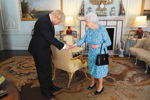 ACTO. Boris Johnson fue recibido ayer por la reina Isabel II, en el Palacio de Buckingham. Foto: AP.